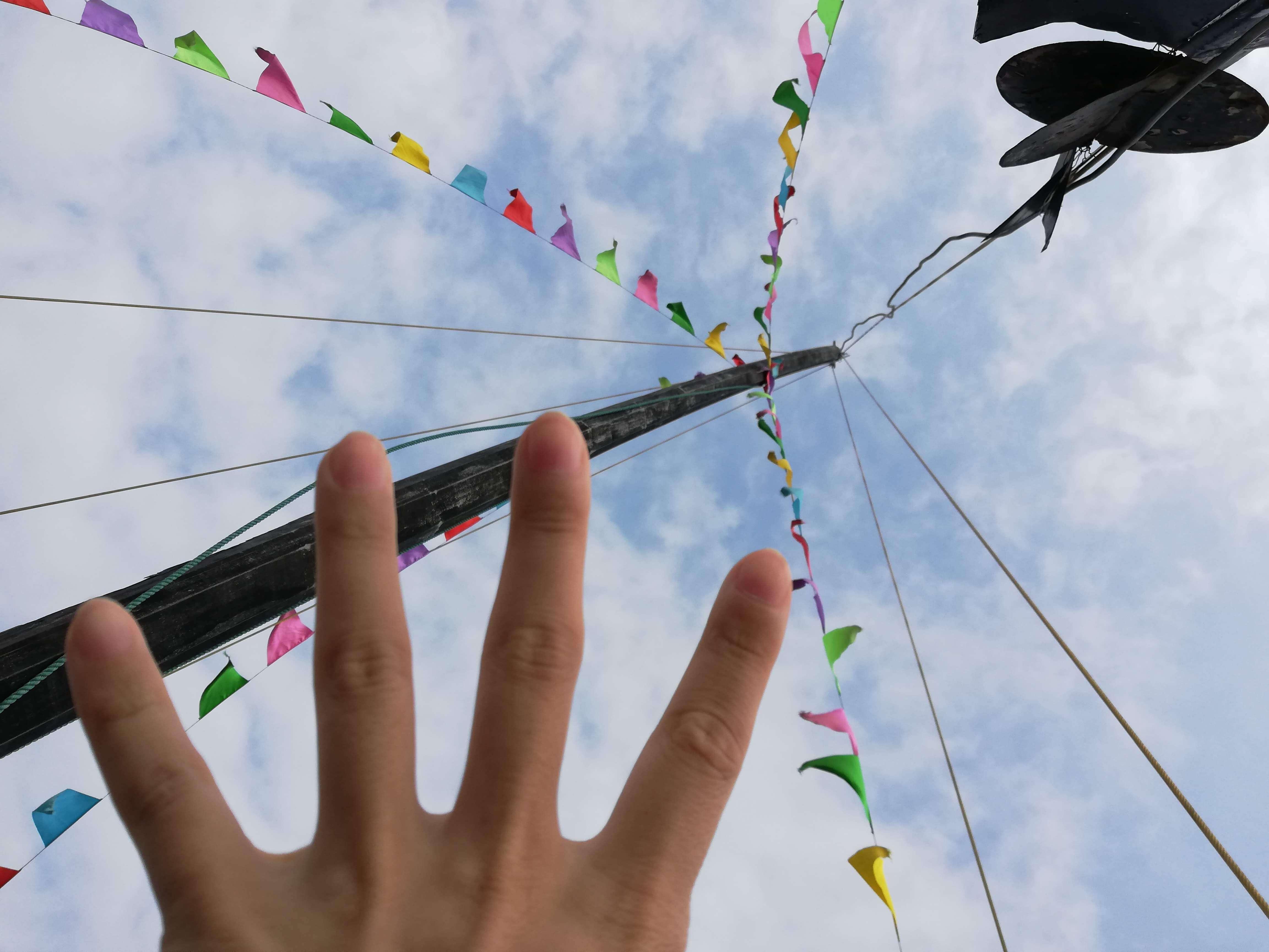 空に向かって手を伸ばす