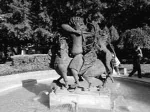 モノクロ撮影弓を射る王様
