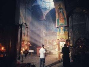 光の差し込む教会