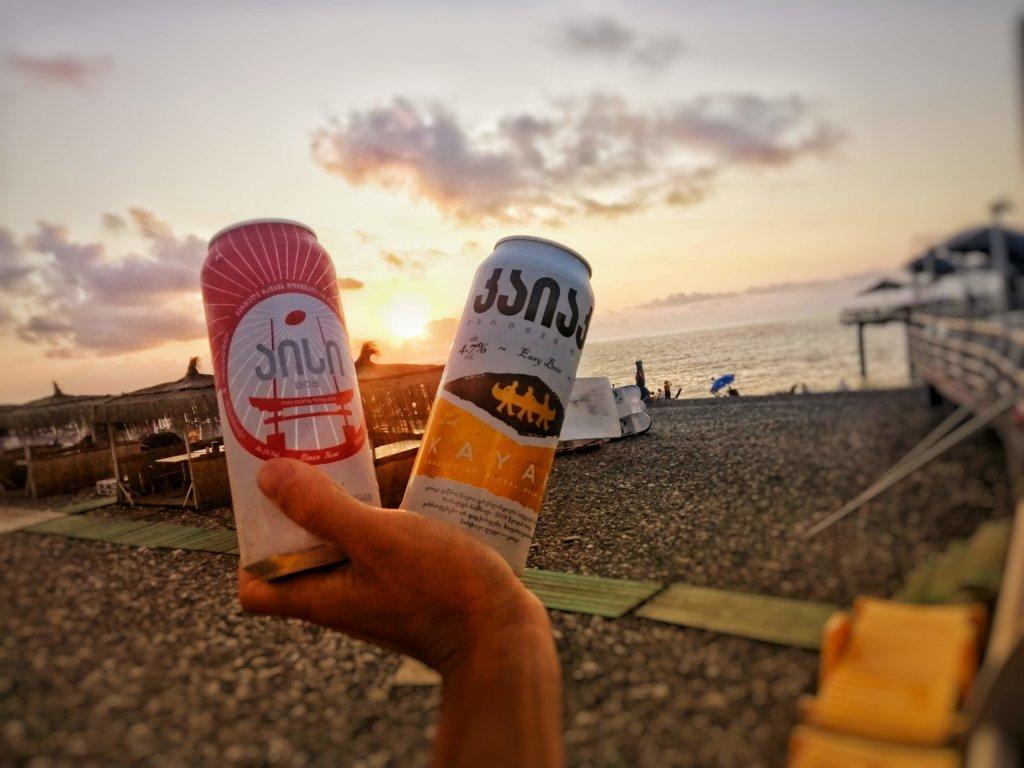 黒海のビーチと感ビール
