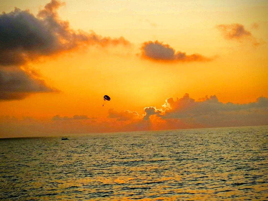 オレンジの黒海とパラセーリング
