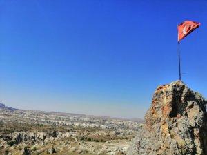 奇岩にはためくトルコ国旗