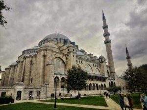 厚い雲と荘厳なモスク