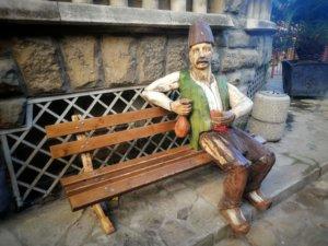 観光客用の椅子と人形