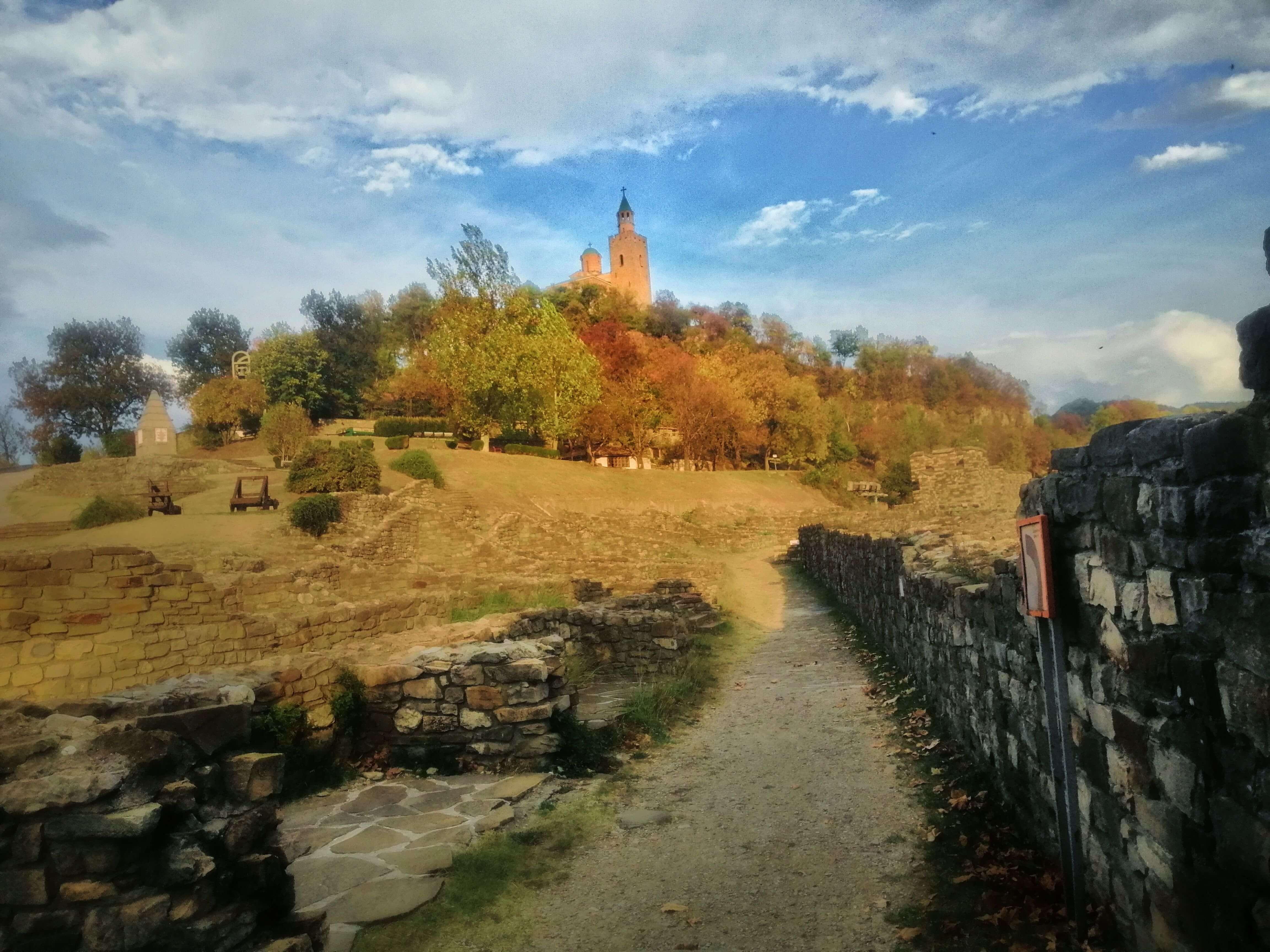 石壁と奥に見える教会