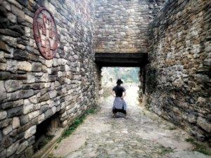 石造りの門に仁王立ちする男性
