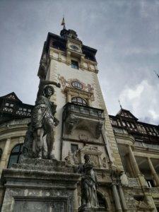 曇り空の城と銅像