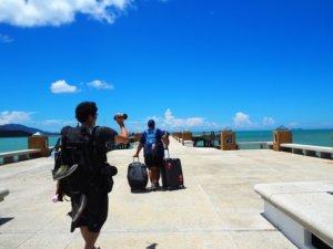海と青空を撮影する男性