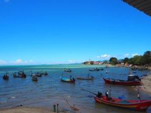 小舟の並ぶタイの海