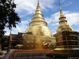 黄金色のタイの仏塔