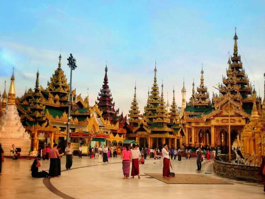 金色と緑色のシェダゴンパゴダ内の寺院