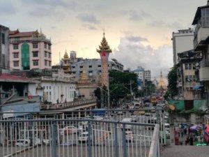 仏塔の奥に沈みゆく夕陽とヤンゴンの雑踏