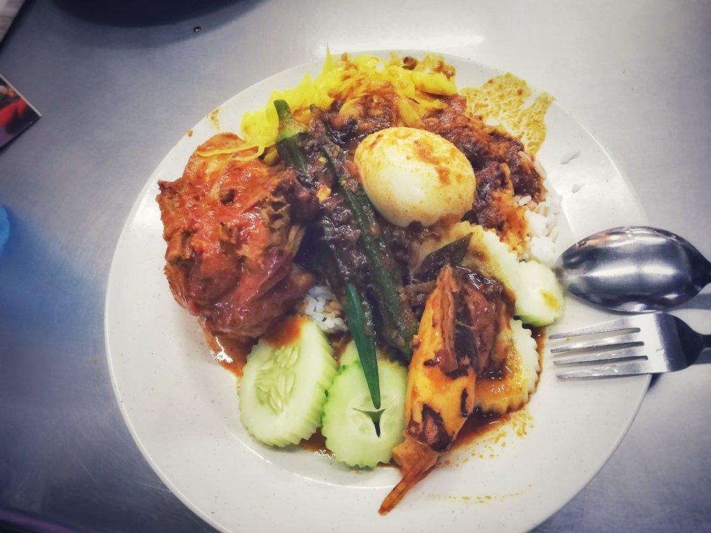 茹で卵とオクラと鶏肉と胡瓜のカレー