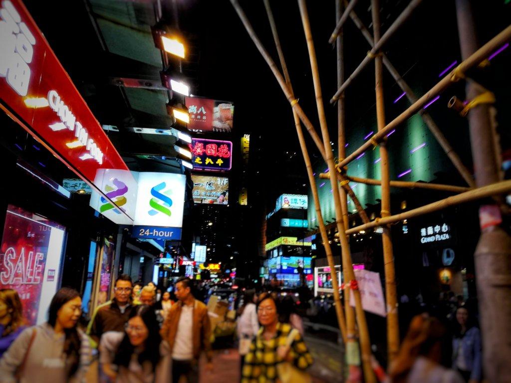 竹製の建築足場と香港の夜の景色