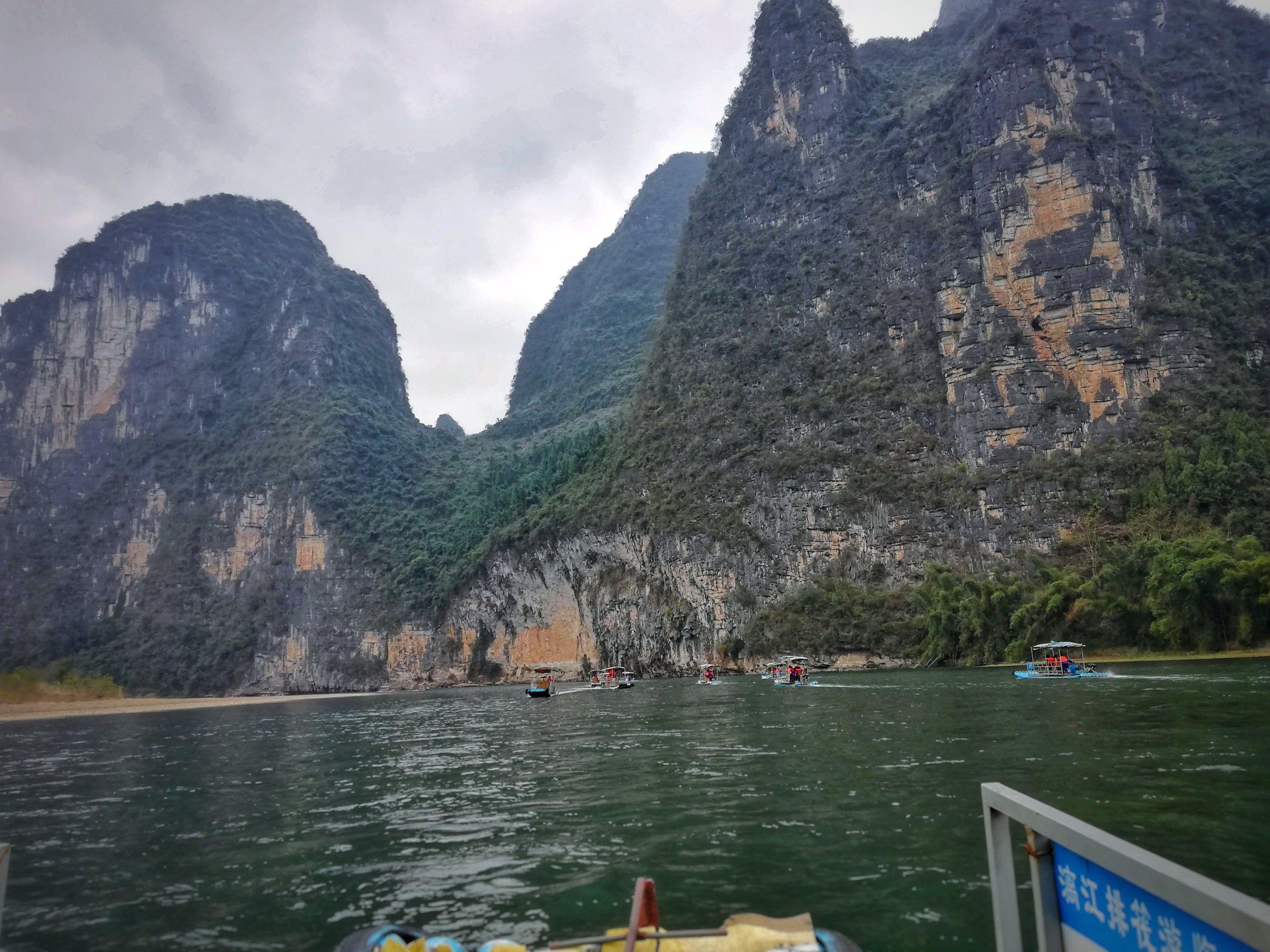 船から見た桂林の川下りの様子
