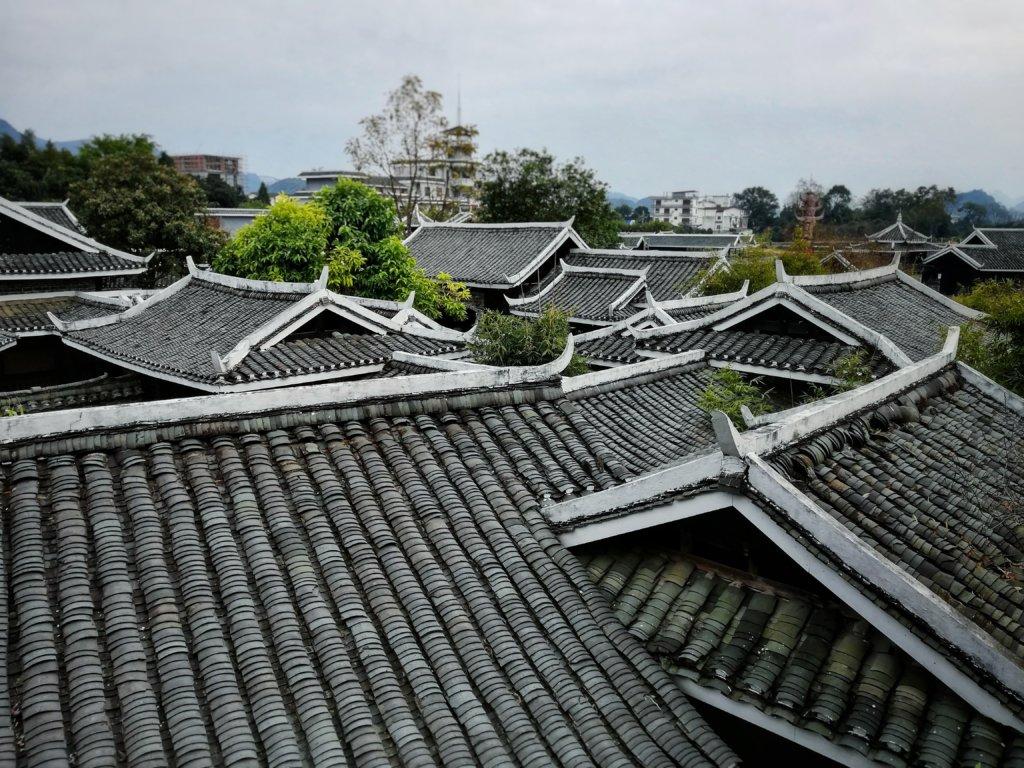 瓦屋根が美しい中国の景色,Chinese landscape with a tiled roof