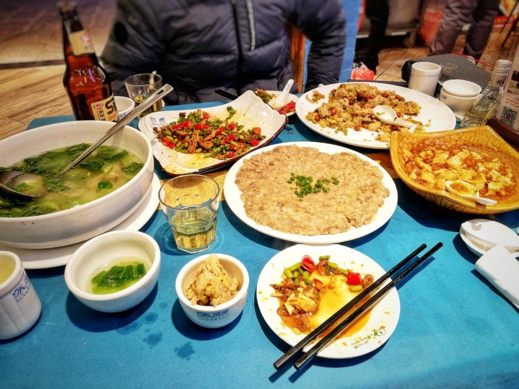 沢山の料理が並ぶ中華レストラン