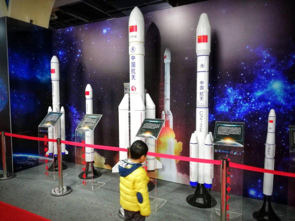 成都科学館にて展示ロケットを見つめる少年