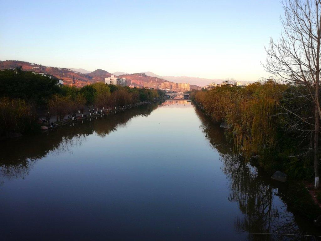 静けさのある中国イ族自治州の川面