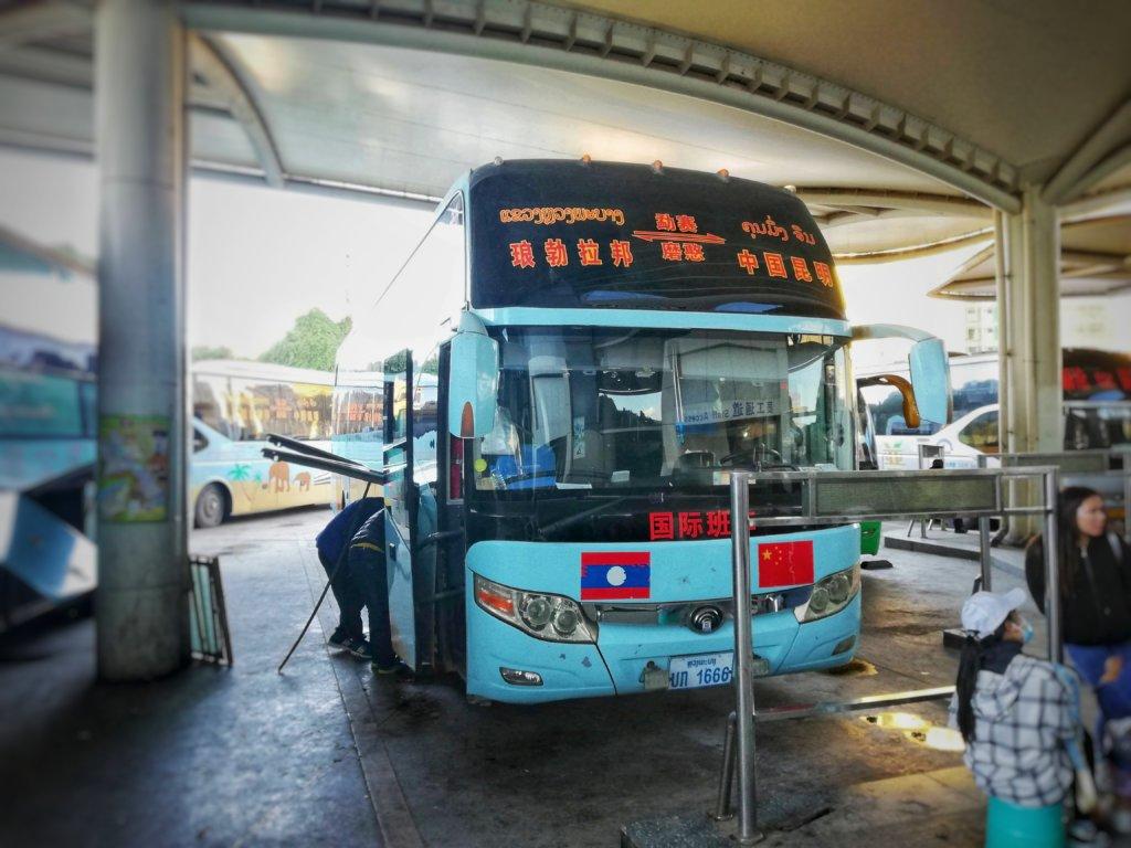 ラオスへ向かい準備をしている中国発の夜行バス