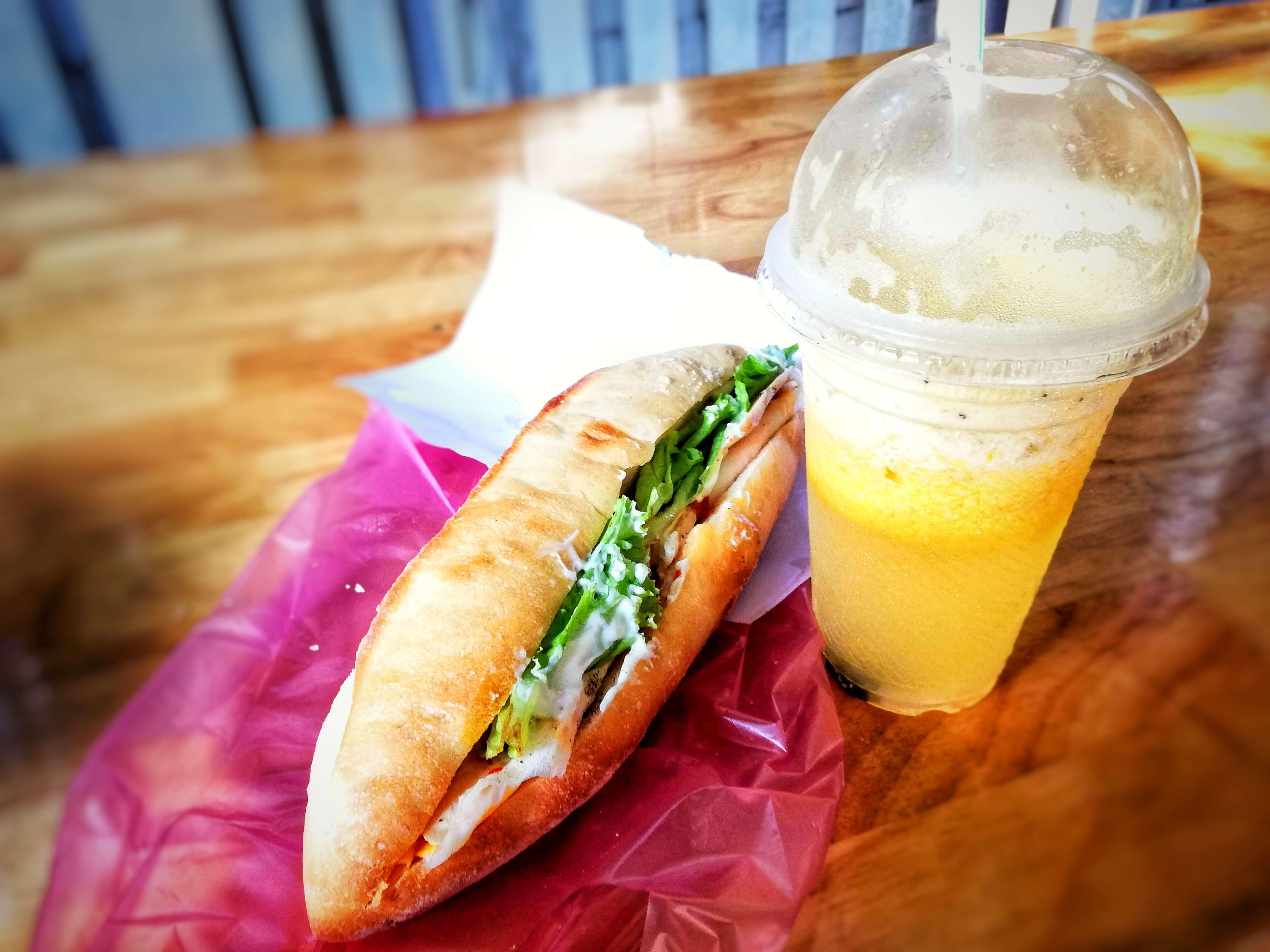 サンドイッチであるバインミーとジュース
