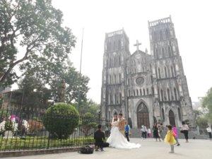 ドレス姿の花嫁を見つめるベトナム少女