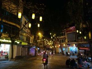 黄色い提灯が並ぶハノイの街