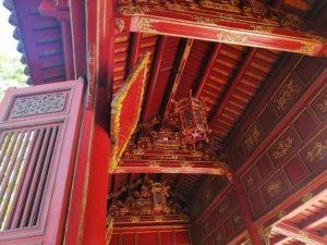 装飾の施された真っ赤な回廊