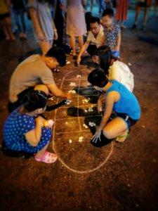 石遊びをするベトナムの家族