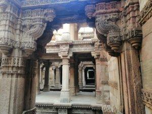 神殿のようなインドの井戸