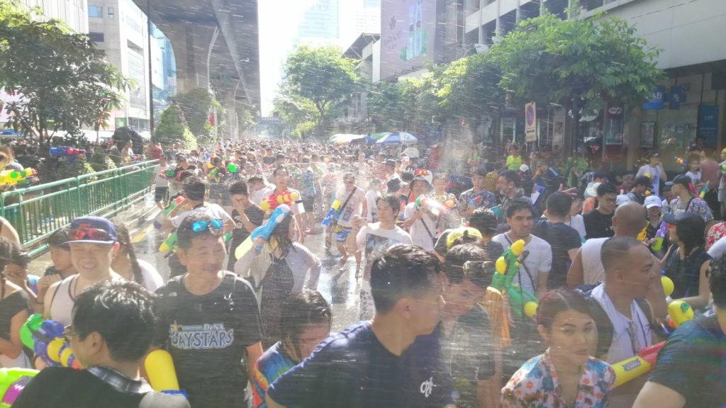 水掛け祭りに湧くバンコク