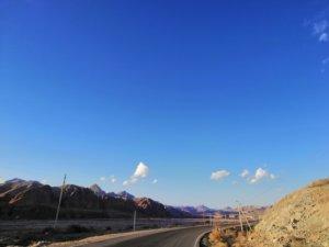 キルギスの濃い青空