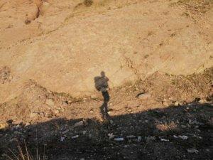 岩肌に映る旅人の影