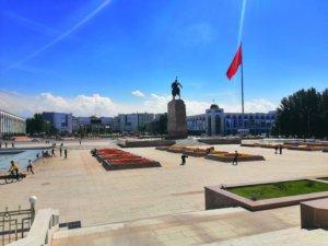 国旗はためくキルギスの首都