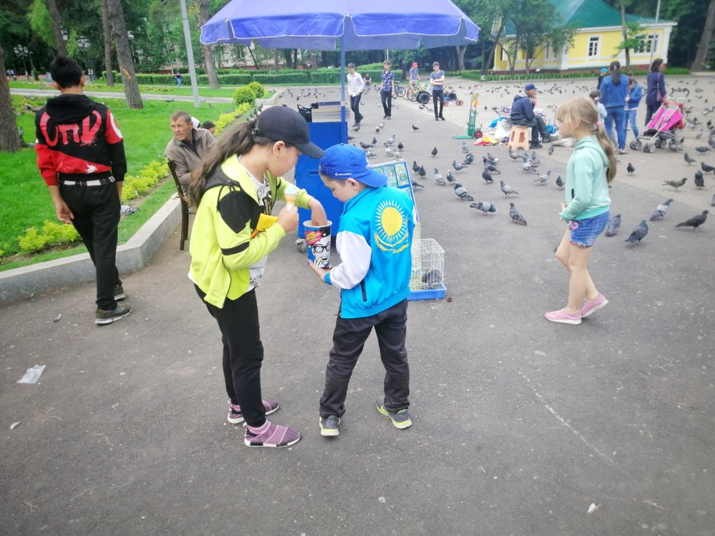カザフスタンの国旗がプリントされたジャケット着た少年,A boy wearing a jacket printed with the Kazakhstan flag