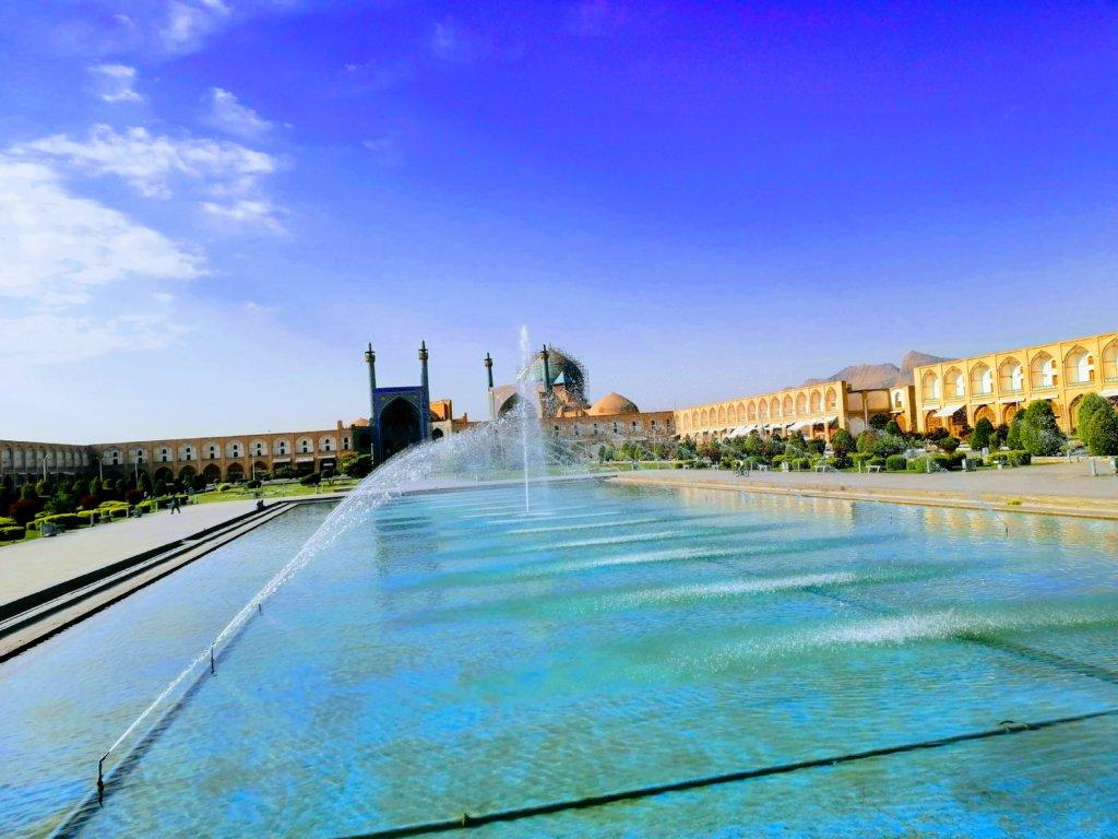 青空とイスファハンの噴水