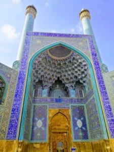 イスファハンの豪華なモスクのイーワーン