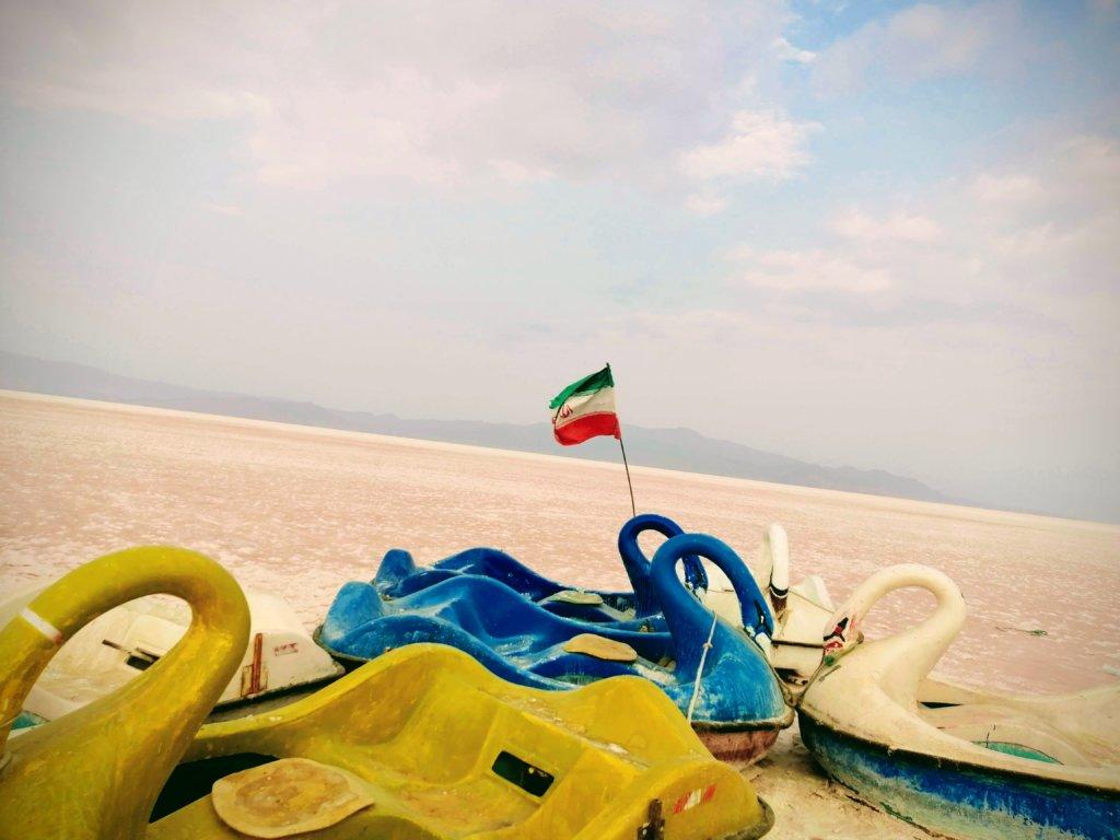 ピンクレイクにはためくイラン国旗