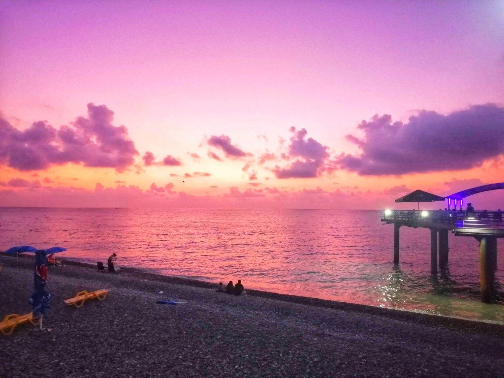 紫に染まるバトゥミの海景色