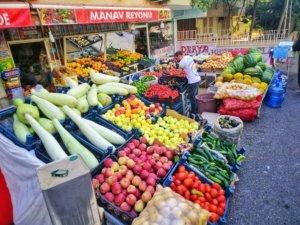 大きい瓜が並ぶトルコの八百屋,Turkish greengrocers with large cucumbers