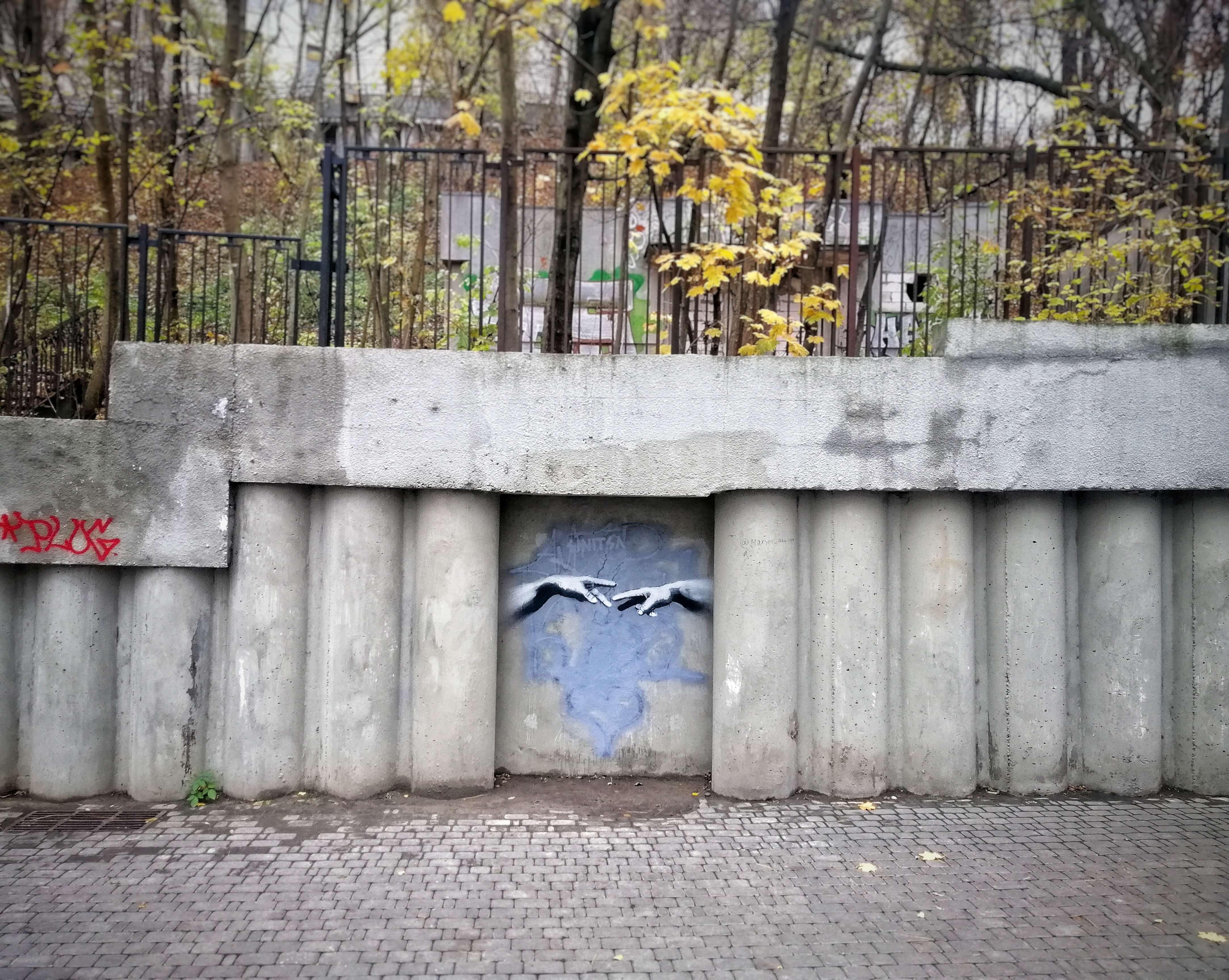 手を繋ぐストリートアート