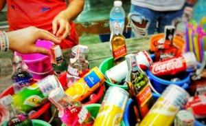 バケツにジュースとリキュールが並ぶパンガン島の屋台