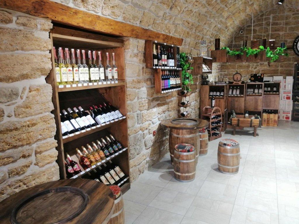 アゼルバイジャンワインがならぶバクーのワインショップ