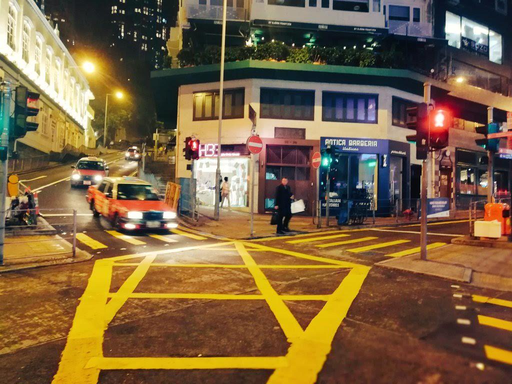 夜の交差点にタクシーが進入してくるところ