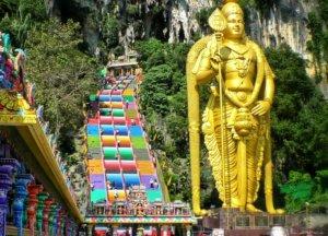カラフルな階段と黄金のシヴァ像