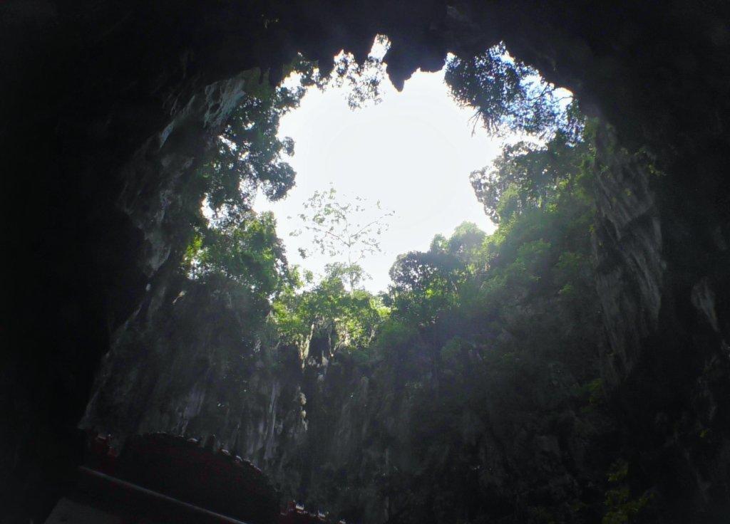 大穴の上部から光が降り注ぐ様子