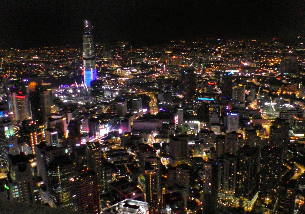 マレーシアの夜景を見下ろす