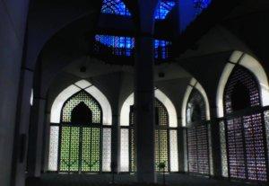 2階の青いステンドグラスが幻想的なブルーモスク