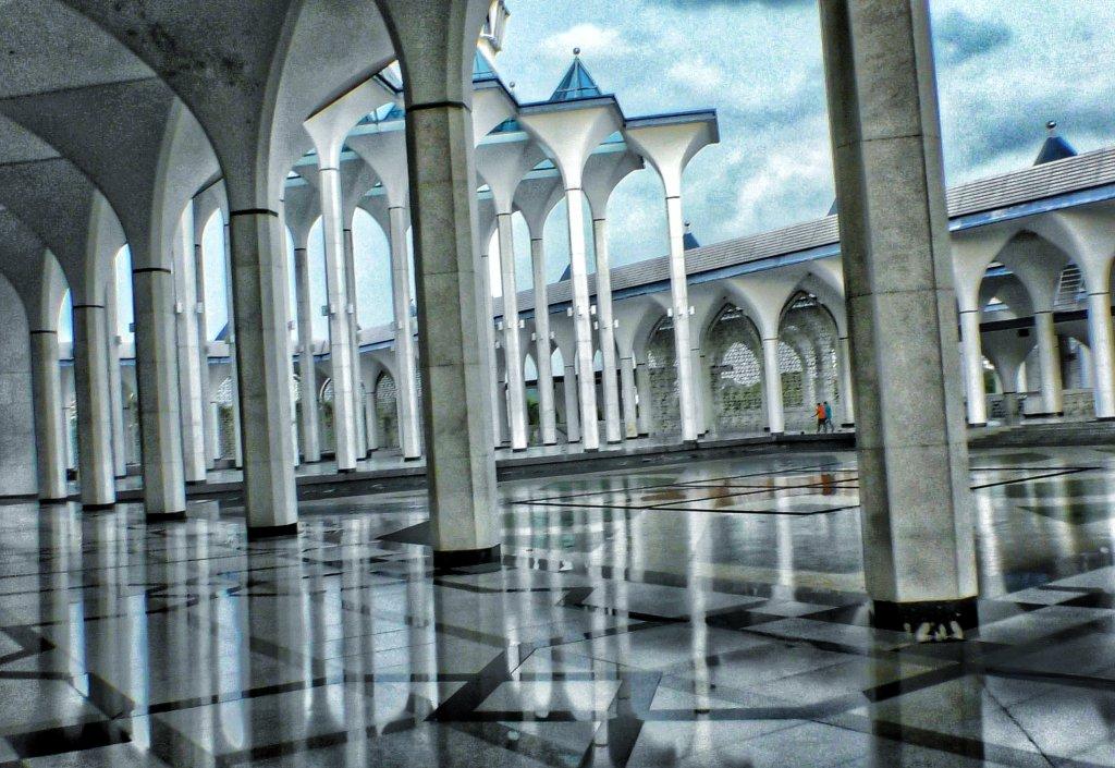 沢山の柱が壮観なクアラルンプールのモスク