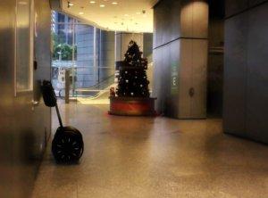 セグウェイとクリスマスツリー